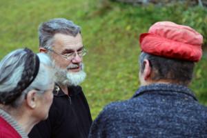Experte für Dendrochronologische Datierung - Dr. Otto Cichocki im Gespräch mit Einheimischen